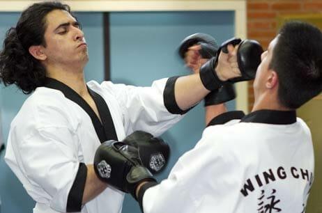Wing Chun Stoten komen verraderlijk snel door het midden.